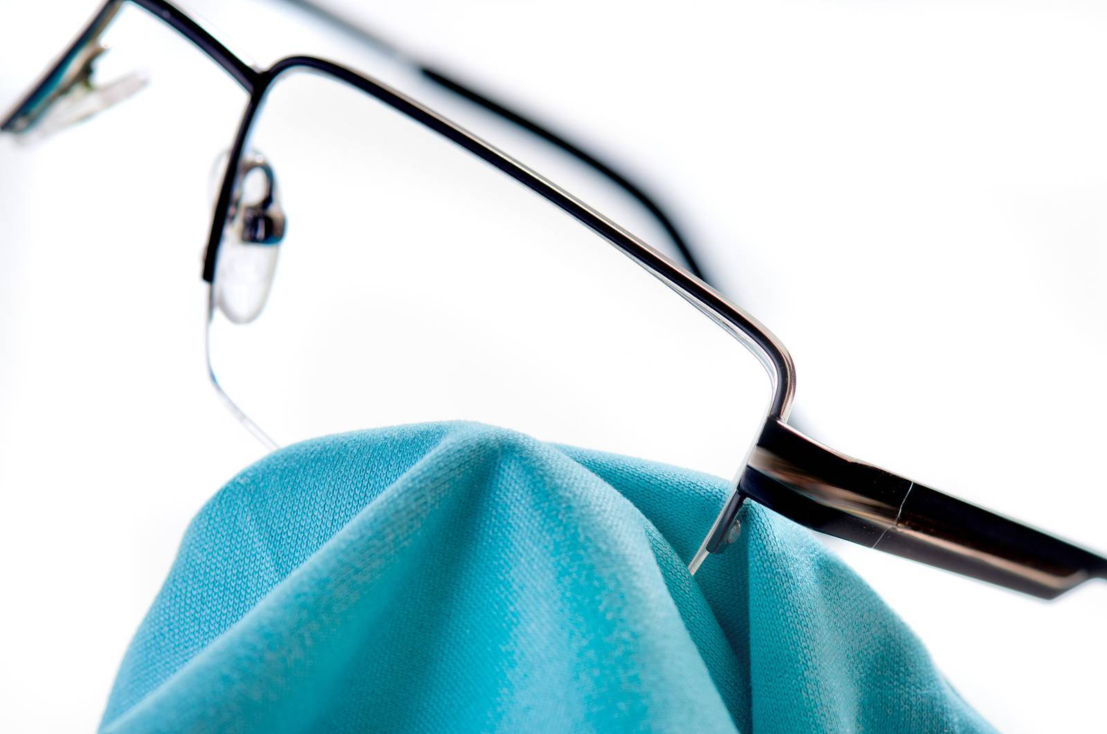 how to clean your eyeglasses the right way